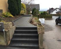 Pflastern vom Gehweg und Treppe